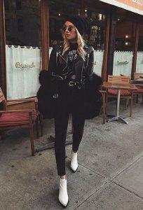 chica con botas blancas y look en negro
