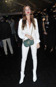 chica con botas blancas y pantalones blancos