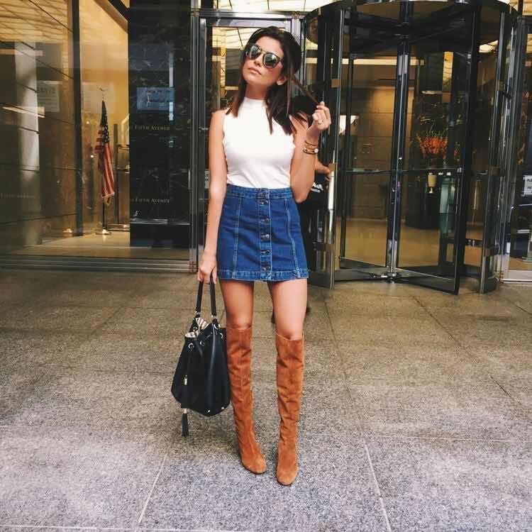 chica con falda vaquera y botas alats camel
