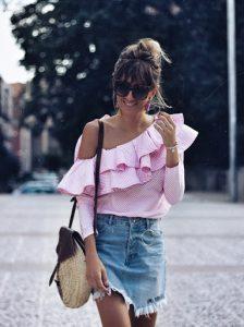 combinar falda vaquera en verano con top rosa volantes