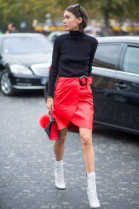 falda roja piel mujer y botas blancas