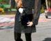 mujer con vestido lunares y medias