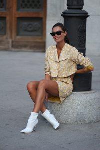 mujer con vestido y botas blancas