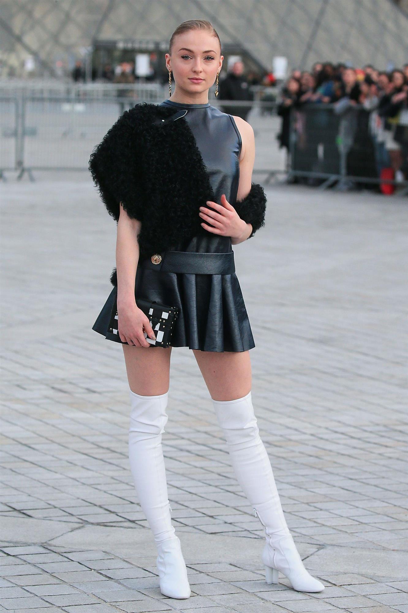 sophie turner con botas blancas