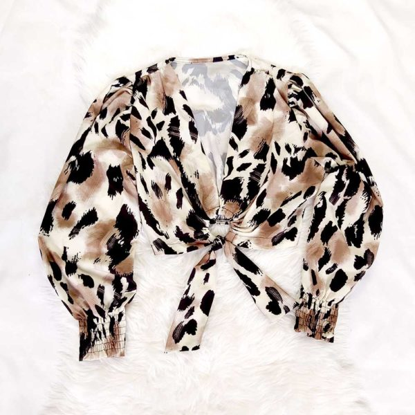 blusa de leopardo con lazo beige